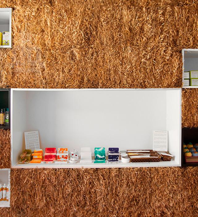 hornowski-design-pieknalia-straw-bale-cosmetics-boutique-designboom02
