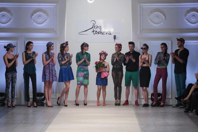 Ирина Тошева во финалето на ревијата за пролет-лето 2013 прикажана на FWSK