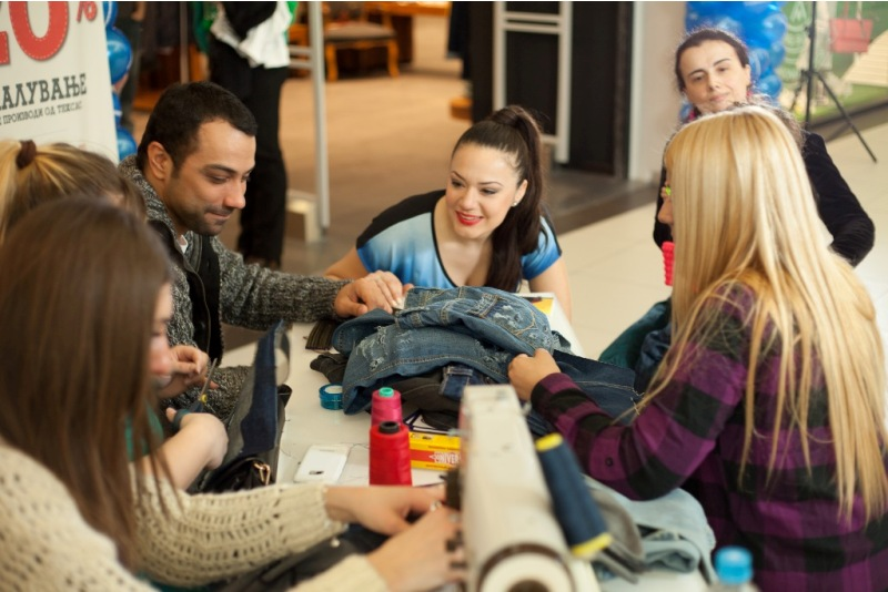 студентите од катедрата за арт и дизајн на Европскиот Универзитет (ЕУРМ), заедно со  македонските ѕвезди создаваа креации во jeans cornerot на Fashion Group