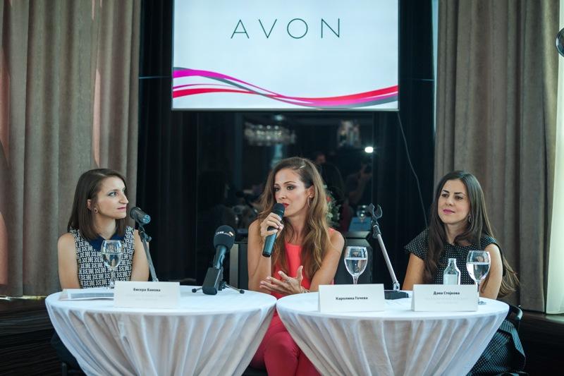 Bisera Banova (levo), specijalist za odnosi so javnost na Avon, Karolina Gocheva i Dana Stojkova, nacionalen menadzer na prodazhba na Avon