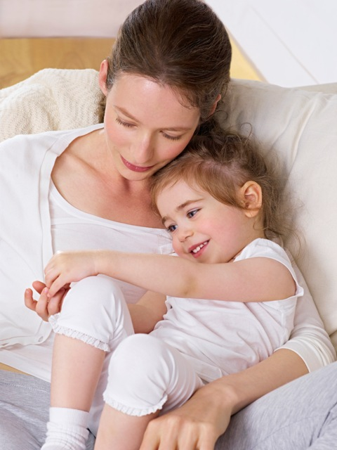 EUC_AtopiControl_mood_cuddling_mother_and_child