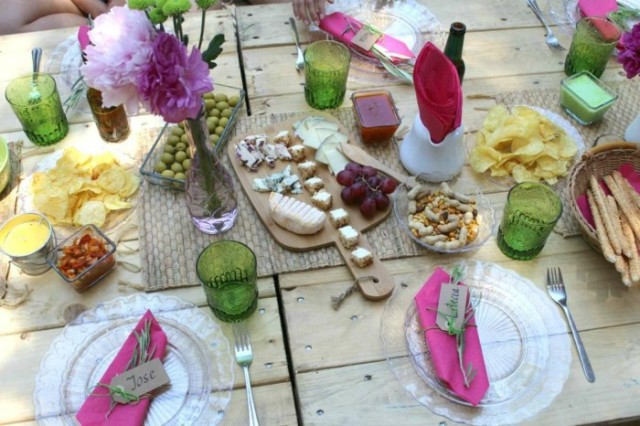 fast-decode-garden-ideas-table-decoration-boho-style-colorful-glasses-vintage-plate-flowers