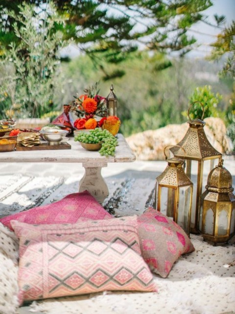 gartenparty-dekoideen-boho-chic-style-cushions-ethnomuster-wooden-table-metal-lanterns-flower